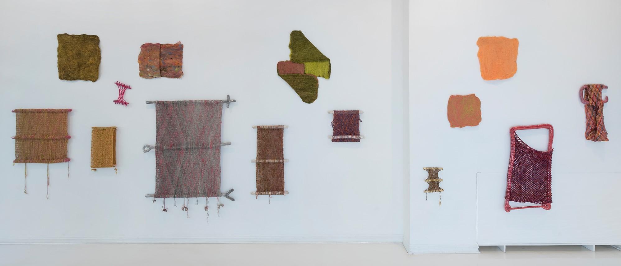 Kunstverk på vegg i Liilian Saksis utstilling FLOCK på SOFT galleri høsten 2018. Foto: Øystein Thorvaldsen.