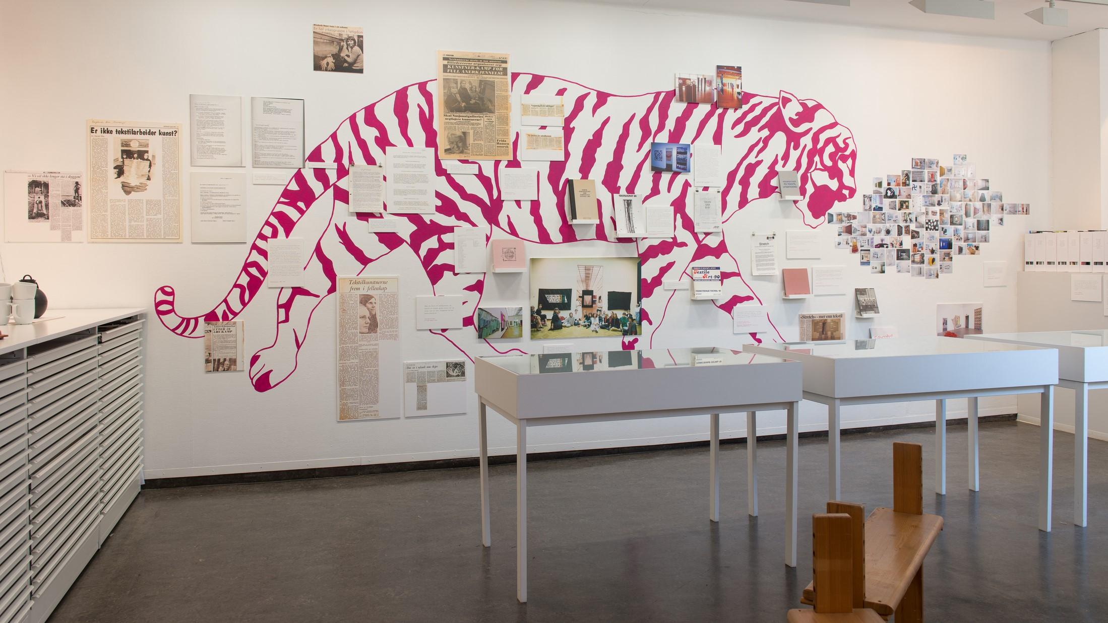 Presentasjon av deler av NTKs arkiv på 40-årsjubileumsutstillingen Ode til en vaskeklut, hymne til en tiger på Kunstnerforbundet i 2017. Foto: Thomas Tveter.