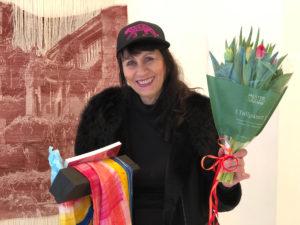 Bilde av kunstner Runa Boger som mottar den aller første Tigerprisen av Norske tekstilkunstnere